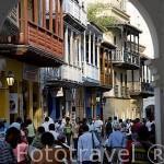 Calles empedradas y balcones de madera estilo colonial. Ciudad de CARTAGENA DE INDIAS. Patrimonio de la UNESCO. Colombia. Suramerica