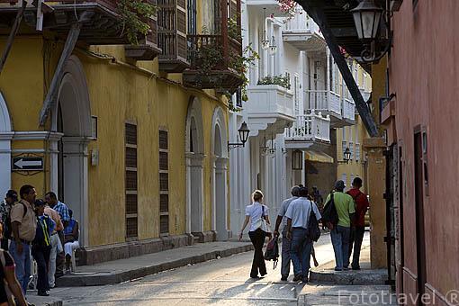 Calle de la Mantilla empedrada y balcones de madera estilo colonial. Ciudad de CARTAGENA DE INDIAS. Patrimonio de la UNESCO. Colombia. Suramerica