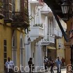 Calle de la Mantilla empedrada y balcones de madera estilo colonial. Ciudad de CARTAGENA DE INDIAS
