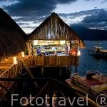 Restaurante Las Palmeras junto al lago de Coatepeque al atardecer. EL SALVADOR. Centro américa.