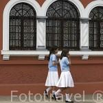 Calle y ventanas de estilo colonial en la ciudad de SANTA ANA. El Salvador. Centro américa.