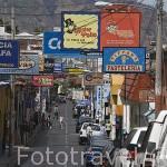 Calle con carteles publicitarios. Ciudad de SANTA ANA. El Salvador. Centro américa.
