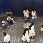 Monjas y vendedores ambulantes. Ciudad de SANTA ANA. El Salvador. Centro américa.