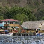 Restaurantes se dan cita en las orillas del lago / crater de Coatepeque. El Salvador. Centro américa.