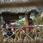 Gente divirtiendose en el restaurante Las Palmeras junto al lago / crater de Coatepeque. El Salvador. Centro américa.