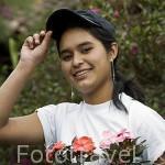 """Maria en su vivero de flores """"Las flores de Loisa"""" cerca de APANECA. Ruta de las Flores. El Salvador. Centro américa."""