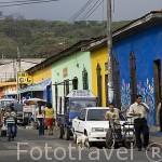 """Casas coloridas junto a la plaza de JUAYUA. En la """"ruta de las Flores"""". El Salvador. Centro américa"""