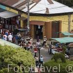 """Calles animadas por los numerosos comercios ambulantes en la plaza de JUAYUA. En la """"ruta de las Flores"""". El Salvador. Centro américa"""