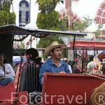 """Carruaje en una calle de la plaza de JUAYUA. En la """"ruta de las Flores"""". El Salvador. Centro américa"""