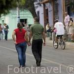 """Calle colorida y pareja en el pueblo de NAHUIZALCO. En la """"ruta de las Flores"""". El Salvador. Centro américa."""