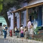 """Calle colorida en el pueblo de NAHUIZALCO. En la """"ruta de las Flores"""". El Salvador. Centro américa."""
