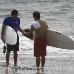 Dos surfistas en la playa de Sunzal. Departamento de la Libertad. El Salvador. Centro américa.