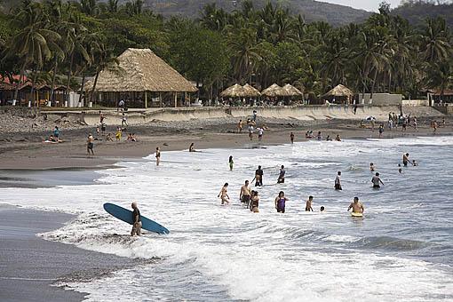 Playa Sunzal, surferos y bañistas. Departamento de la Libertad. El Salvador. Centro américa.