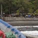 Playa y bañistas junto al puerto de La Libertad. Departamento de la Libertad. El Salvador. Centro américa.