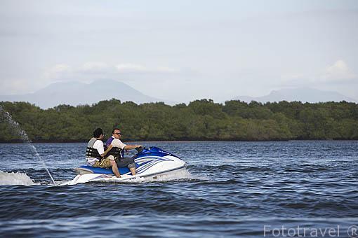 Moto acuatica sobre el lago de Suchitlán. El Salvador. Centro américa.