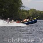 Embarcación a motor navegando por el lago de Suchitlán. El Salvador. Centro américa.