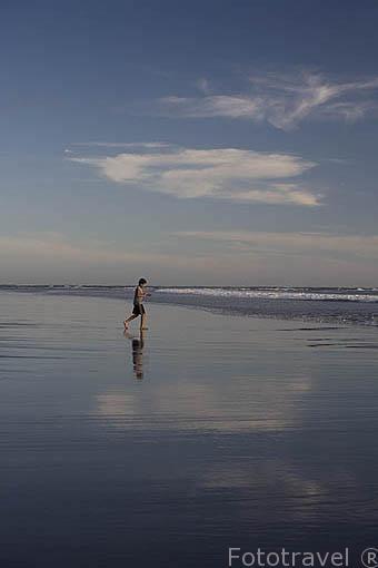 Reflejo sobre las playas al sur de La Libertad. El Salvador. Centro américa.