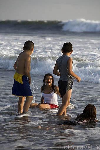 Chicos jugando. Playa al sur de La Libertad. El Salvador. Centro américa.