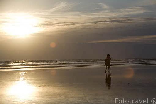 Pareja al atardecer. Playa al sur de La Libertad. El Salvador. Centro américa.