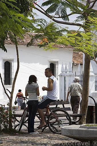 Chicos en la plaza de SUCHITOTO. El Salvador. Centro américa.