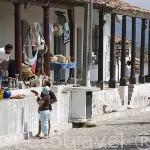 Calle, plaza con soportales y tiendas de artesanias. Pueblo de SUCHITOTO. El Salvador. Centro américa.