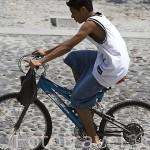 Chico en bicicleta. Calle empedrada del pueblo de SUCHITOTO. El Salvador. Centro américa.