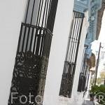 Enrejados en las ventanas en una calle. Pueblo de SUCHITOTO. El Salvador. Centro américa.