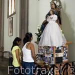 Chicas orando ante la Virgen en el interior de la catedral de Santa Ana. Ciudad de SANTA ANA. El Salvador. Centro américa.