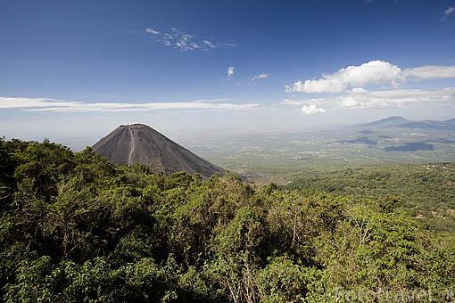 """Crater del volcan Izalco, se origino en 1770. Es de tipo estromboliano o estratovolcan. Se le llamaba """"El faro del Pacifico"""". P.N. Cerro Verde. El Salvador. Centro américa."""