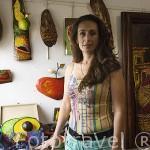 Maria Handal en su taller de pintura en la población de SALCOATITÁN. El Salvador. Centro américa.
