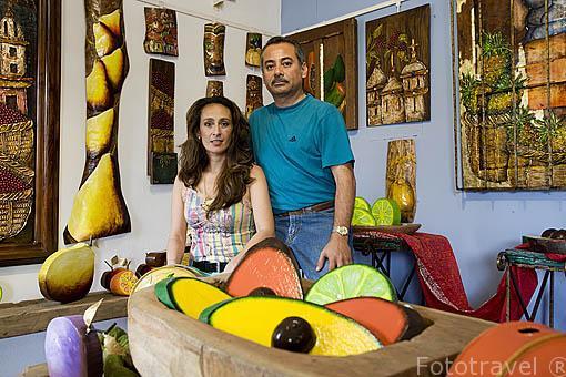 Maria Handal y su marido José Retama en su taller de pintura en la población de SALCOATITÁN. El Salvador. Centro américa.
