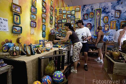Tienda de artesanias en el pueblo de Concepción de ATACO. Ruta de las Flores. El Salvador. Centro américa.