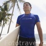 Surfista en la playa de SUNZAL. Departamento de La Libertad. El Salvador. Centro américa.