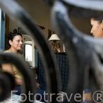 Mujeres conversando junto al balcón enrejado de su casa. Pueblo de SUCHITOTO. El Salvador. Centro américa.