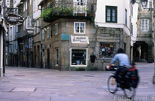 Peregrino en bicicleta en una calle centrica de SANTIAGO DE COMPOSTELA. A Coruña. Galicia. España