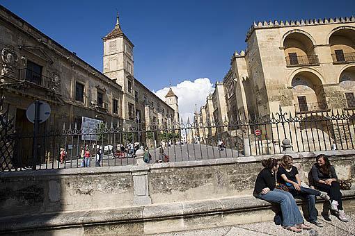 Calle de Torrijos junto a la Mezquita Catedral. Ciudad de CORDOBA. Patrimonio de la Humanidad. Andalucia. España