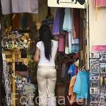 Comprando recuerdos en una tienda. Ciudad de CORDOBA. Patrimonio de la Humanidad. Andalucia. España