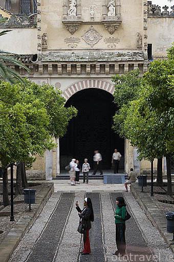 Patio de los Naranjos y al fondo la Puerta del Perdon. Mezquita Catedral. Ciudad de CORDOBA. Patrimonio de la Humanidad. Andalucia. España