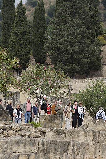 Turistas en el conjunto arqueologico Madinat al-Zahra. En las afueras de la ciudad de CORDOBA. Andalucia. España