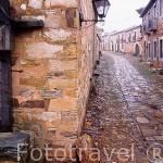 Cruz en la calle principal del pueblo de CASTRILLO de los POLVAZARES. León. Castilla y León. España. -Camino de Santiago