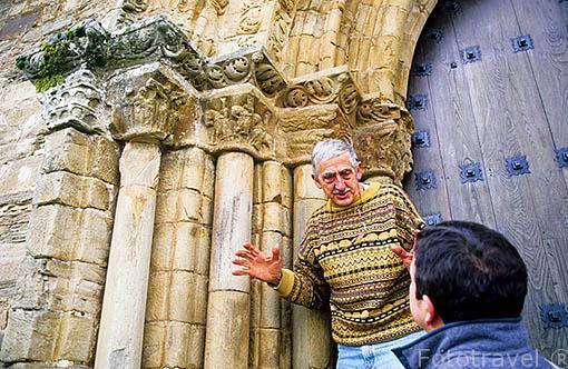 Jesus Jato explicando la arquitectura del portico de la iglesia de Santiago. VILLAFRANCA DEL BIERZO. León. Castilla y León. España.