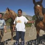 Los ganaderos Evaristo y Jose Maria con sus yeguas. Cerca del pueblo de SAN EMILIANO. Comarca de Babia. Leon. Castilla y Leon. España