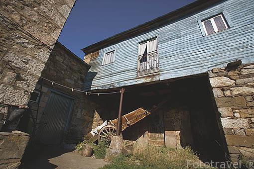 Una casa y un carro antiguo. Pueblo de TORREBARRIO. Comarca de Babia. Leon. Castilla y Leon. España