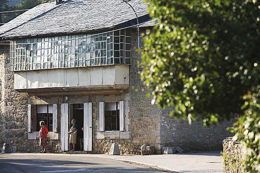 Una casa junto a la carretera en el pueblo de VILLASECINO. Comarca de Babia. Leon. Castilla y Leon. España