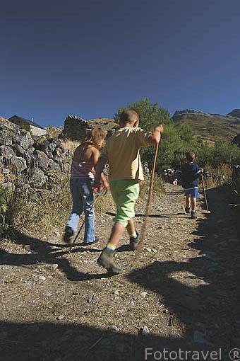 Niños en el camino que conduce al nacimiento del rio Sil. Cerca del pueblo de LA CUETA. Comarca de Babia. Leon. Castilla y Leon. España