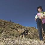 Una mujer pastora cuidando de sus vacas junto a su perro. Pueblo de CACABILLO. Comarca de Babia. Leon. Castilla y Leon. España