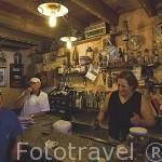 La Sra. Estrella en el interior de su restaurante en el pueblo de LA CUETA. Comarca de Babia. Leon. Castilla y Leon. España