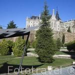 Murallas de ASTORGA. Palacio Episcopal y detras la catedral. Provincia de Leon. España. Spain