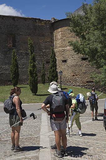 Peregrinos del Camino de Santiago junto a la iglesia romanica de la población de VILLAFRANCA DEL BIERZO. Provincia de Leon. España. Spain