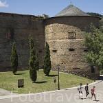 Peregrinos del Camino de Santiago junto al castillo de Villafranca. Población de VILLAFRANCA DEL BIERZO. Provincia de Leon. España. Spain